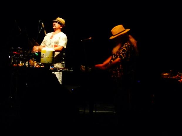 O percussionista Fábio Pascoal tocando com pai Hermeto Pascoal ( Foto: Carlos Bozzo Junior)
