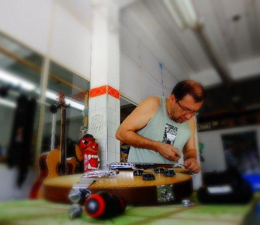 O luthier Reinaldo de Campos ajustando uma de suas guitarras (Foto: Carlos Bozzo Junior)