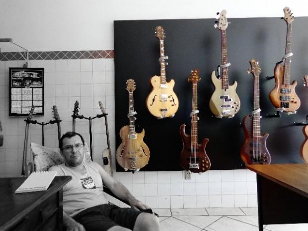 O luthier Reinaldo de Campos e seus instrumentos (Foto: Carlos Bozzo Junior)