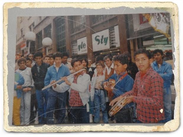 Charles da Flauta, à esquerda quando adolescente junto dos irmãos tocando na rua Barão de Itapetininga (Foto: Arquivo Pessoal)