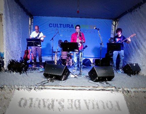"""O saxofonista Tércio Guimarães e banda """"injetando"""" música em quem assistiu seu show na última sexta-feira, na praça da Esperança (Foto: Carlos Bozzo Junior)"""