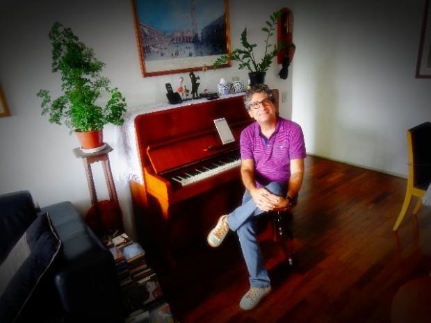 Gil Jardim, maestro da OCAM, em seu apartamento, no Alto de Pinheiros (Foto: Carlos Bozzo Junior)