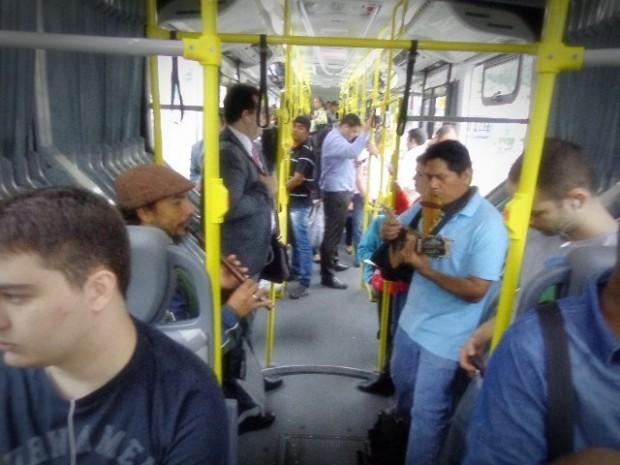 Músicos peruanos tocam dentro de ônibus em São Paulo (Foto: Carlos Bozzo Junior)