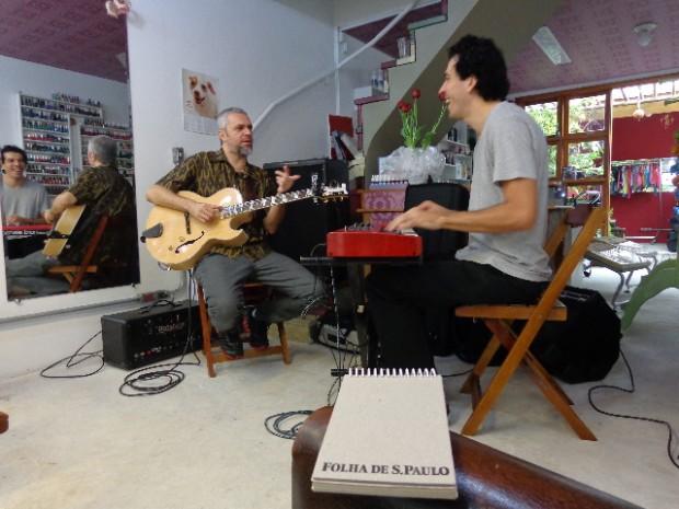 O guitarrista Michel Leme e o tecladista Gustavo Bugni (2)