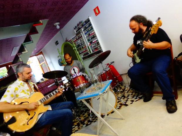 O guitarrista Michel Leme, o baterista Digão e o baixista Stefano Moliner
