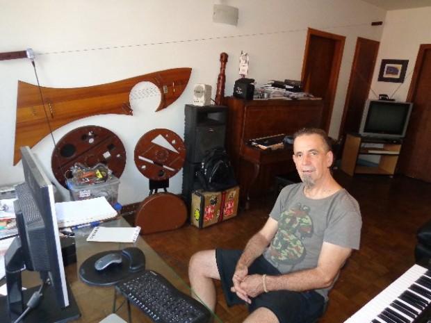O músico Wilson Sukorski, em seu apartamento, em São Paulo. Ao fundo, alguns de seus instrumentos (Foto: Carlos Bozzo Junior)