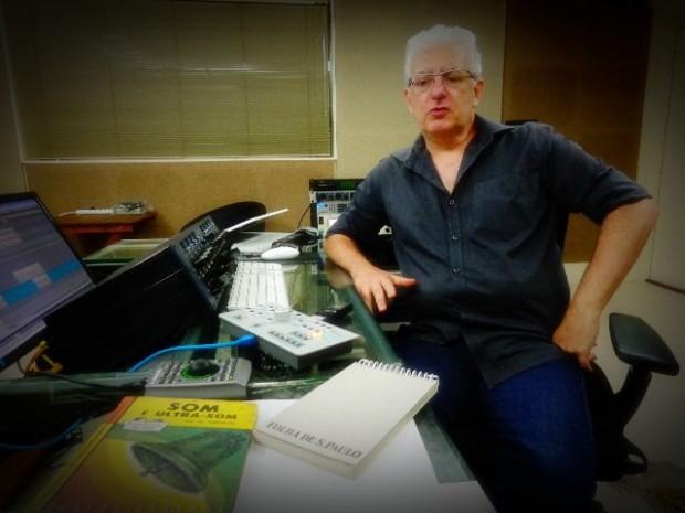 O músico Homero Lotito em seu estúdio, à esquerda seu primeiro livro sobre som (Foto: Carlos Bozzo Junior)