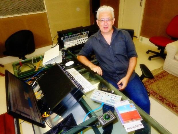 O músico Homero Lotito, em seu estúdio, em São Paulo (Foto: Carlos Bozzo Junior)