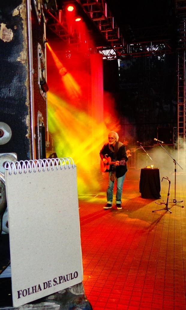 O artista Renato Teixeira canta em festa junina do Esporte Clube Pinheiros (Foto: Carlos Bozzo Junior)