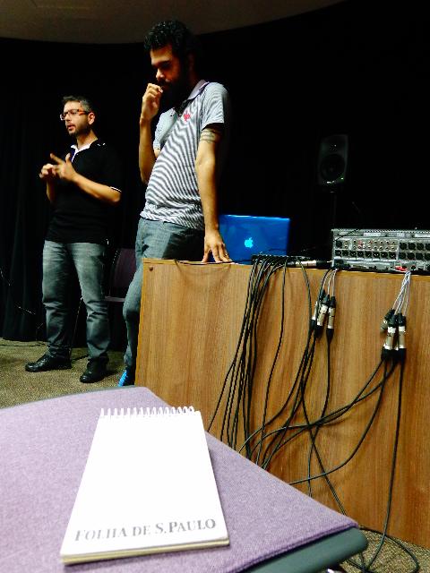 Os compositores de música acusmática Felipe Mendes, à esquerda e Marcus Neves, à direita, na inauguração da Arena Acusmática do Centro Cultural Sesc Glória, em Vitória, no Espírito Santo (Foto: Carlos Bozzo Junior)