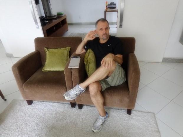 O músico Swami Junior em seu apartamento, em São Paulo (Foto: Carlos Bozzo Junior)