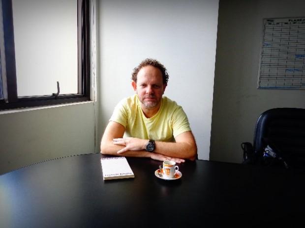 O músico em seu escritório, em São Paulo (Foto: Carlos Bozzo Junior)