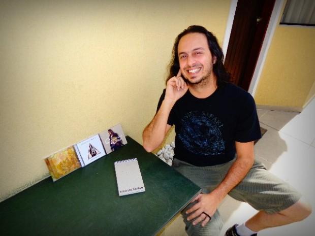 O instrumentista Chrystian Dozza e seus três CDs (Foto: Carlos Bozzo Junior)