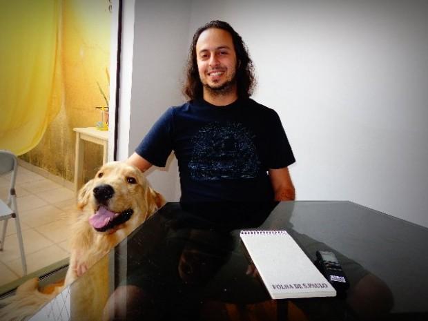 O violonista Chrystian Dozza e seu cão John Dowland