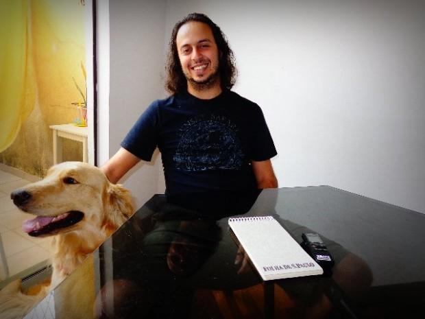 O músico Chrystian Dozza acompanhado de seu cão John Dowland (Foto: Carlos Bozzo Junior)