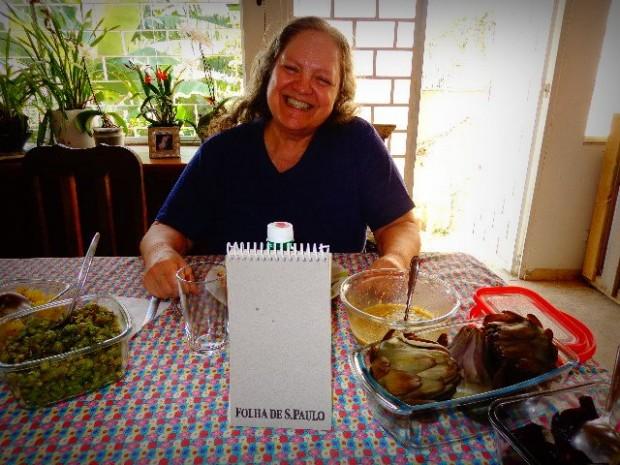A compositora Léa Freire almoçando em sua casa, em São Paulo (Foto: Carlos Bozzo Junior)