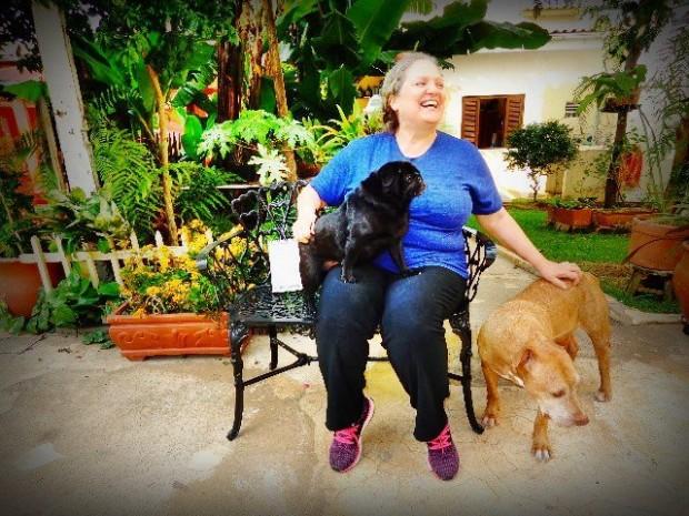 A arranjadora Léa Freire, no quintal de sua casa, com dois de seus cães (Foto: Carlos Bozzo Junior)