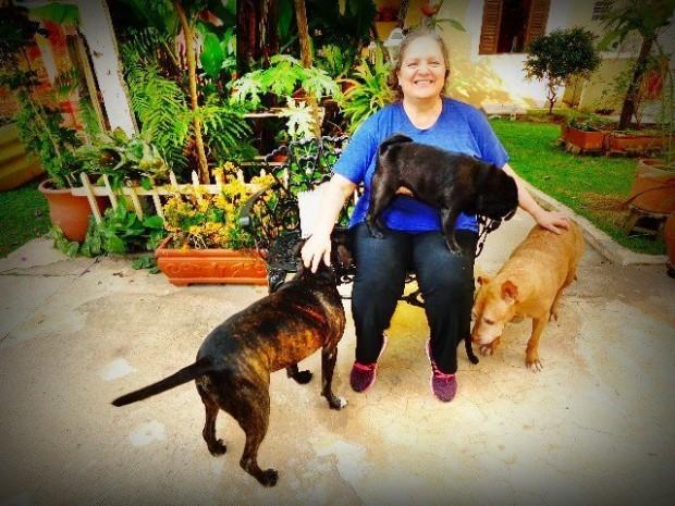A compositora Léa Freire e seus três cães (Foto: Carlos Bozzo Junior)