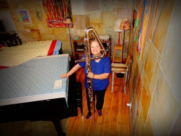 Léa Freire e sua flauta contrabaixo, na sala de sua casa (Foto: Carlos Bozzo Junior)