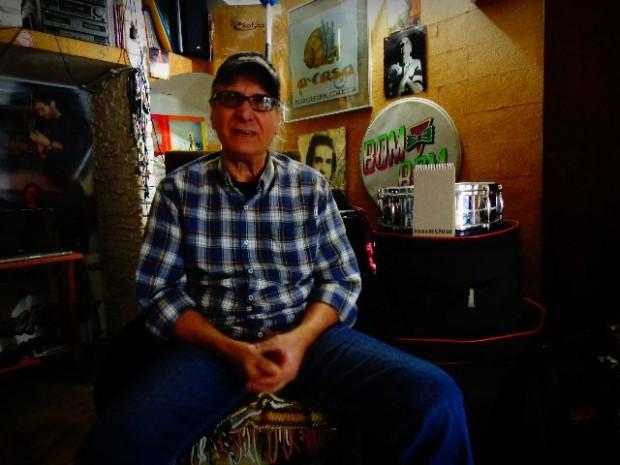 O baterista Netinho de Os Incríveis, em sua casa (Foto: Carlos Bozzo Junior)
