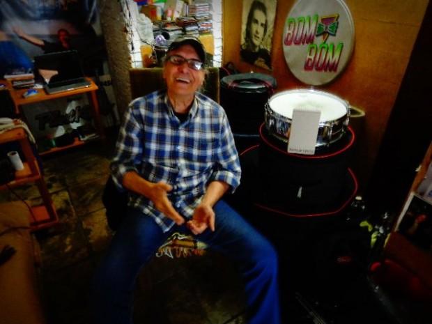 O baterista Netinho, de Os Incríveis, em sua casa (Foto: Carlos Bozzo Junior)