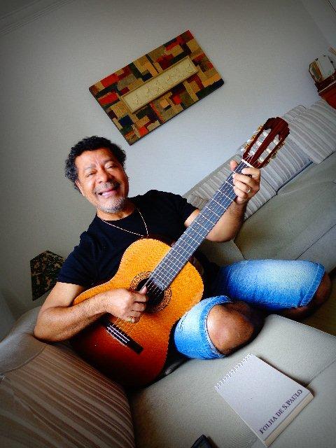"""O artista Vicente Barreto, mostrando músicas de seu último CD """"Cambaco"""" (Foto: Carlos Bozzo Junior)"""