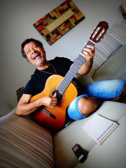 O cantor Vicente Barreto cantando para o Música em Letras (Foto: Carlos Bozzo Junior)