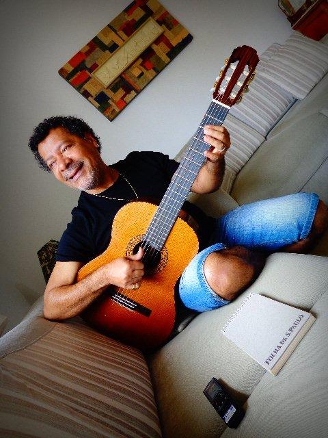 O compositor Vicente Barreto, no sofá de sua casa, onde compõe (Foto: Carlos Bozzo Junior)