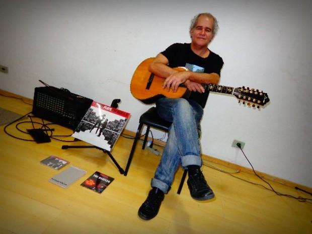 O violonista Fernando Melo, em seu estúdio (Foto: Carlos Bozzo Junior)