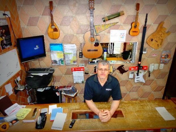 Luthier de instrumentos de cordas Murilo Ferreira, na recepção de sua oficina (Foto: Carlos Bozzo Junior)