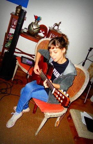 A compositora e cantora Ana Julia Zambianchi ensaiando em sua casa, em São Paulo (Foto: Carlos Bozzo Junior)