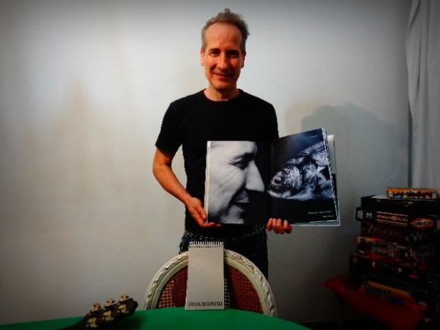 Kiko Zambianchi mostra uma foto sua com um peixe, que está no livro Santos FC- 100 Anos de Futebol Arte (Foto: Carlos Bozzo Junior)