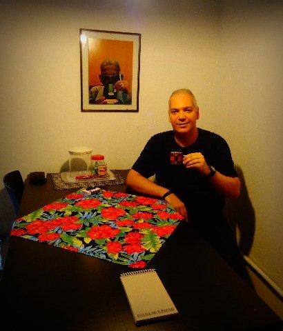 O compositor Marcelo Mariano, tomando café, em seu estúdio (Foto: Carlos Bozzo Junior)