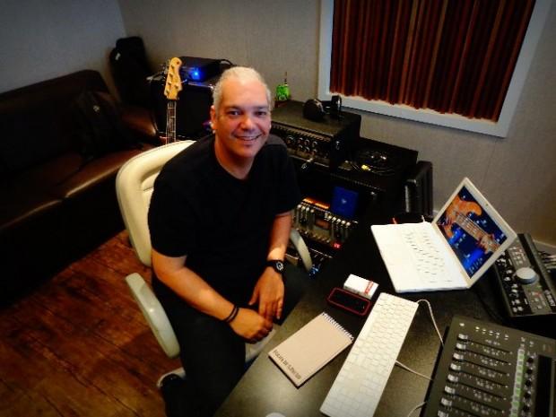 O músico Marcelo Mariano, em seu estúdio, em São Paulo (Foto: Carlos Bozzo junior)