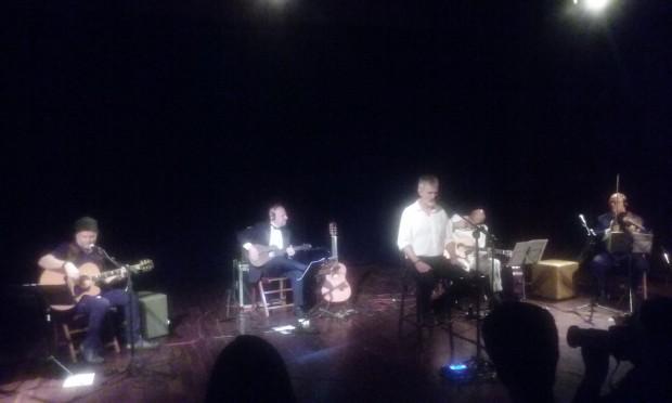 O cantor Ritchie, ao centro, acompanhado pelo trio Black Tie e por Tuco Marcondes, o primeiro a esquerda Foto: (Carlos Bozzo Junior)