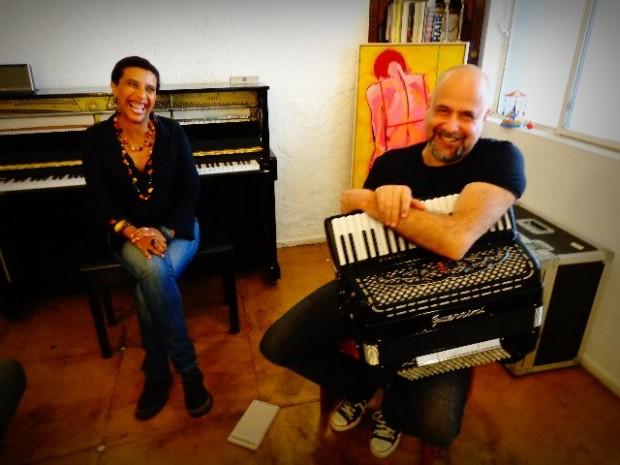 A cantora Sandra Fidalgo e o músico Toninho Ferragutti, no ensaio, na sua casa do acordeonista, em São Paulo (Foto: Carlos Bozzo Junior)