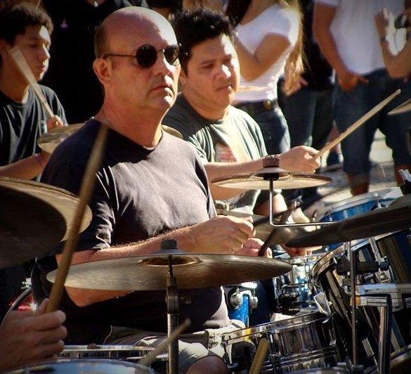 O baterista Marcos Antonio Nogueira Passeggio tocando na Orquestra de Bateristas. (Foto: Divulgação)