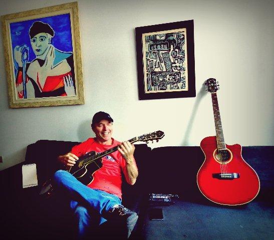Rick Rehder tocando em seu apartamento, em São Paulo (Foto: Carlos Bozzo Junior)