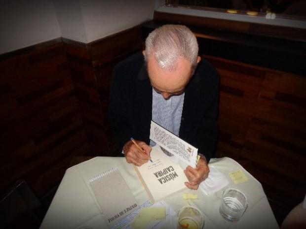 """O jornalista José Hamilton Ribeiro no lançamento de seu livro """"Música Caipira"""", em São Paulo (Foto: Carlos Bozzo Junior)"""