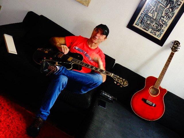 O músico durante entrevista para o Música em Letras (Foto: Carlos Bozzo Junior)