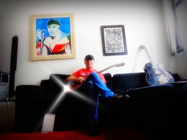 Músico da banda Áries mostrando solos em sua casa, em São Paulo  (Foto: Carlos Bozzo Junior)