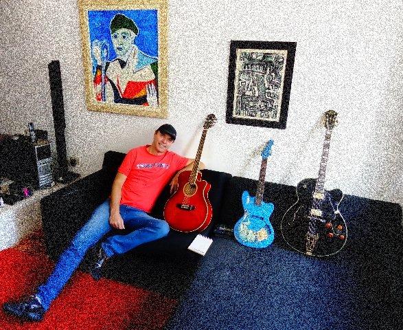 O músico e alguns de seus instrumentos (Foto: Carlos Bozzo Junior)