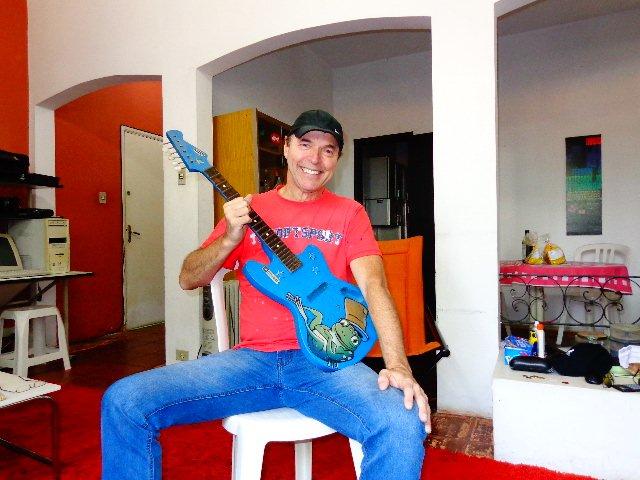 O músico Rick Rehder e sua primeira guitarra, uma Tremendinha (Foto: Carlos Bozzo Junior)
