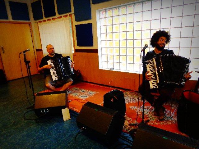O músico Toninho Ferragutti e à direita o acordeonista Mestrinho (Foto: Carlos Bozzo Junior)
