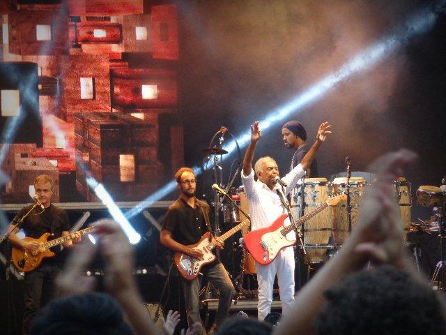 O cantor Gilberto Gil apresentando-se no show de aniversário de São Paulo (Foto: Carlos Bozzo Junior)