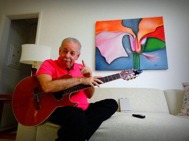 O médico e poeta Carlos Henry, em seu apartamento, na Vila Mariana , em São Paulo (Foto: Carlos Bozzo Junior)