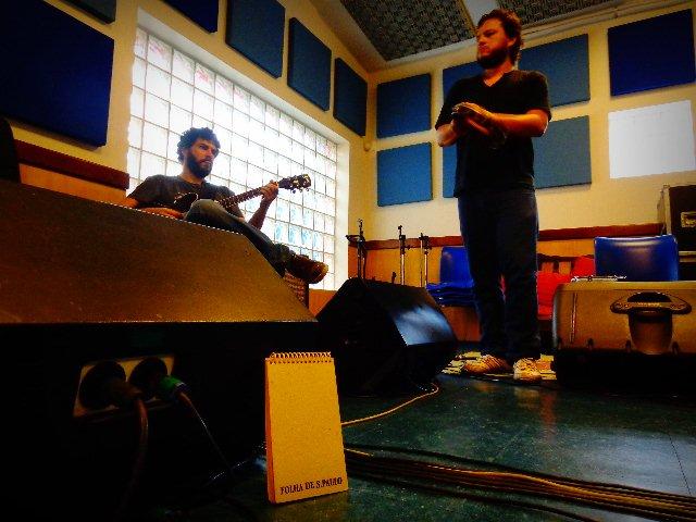 O guitarrista Vinícius Gomes e à esquerda o percussionista Amoy Ribas (Foto: Carlos Bozzo Junior)