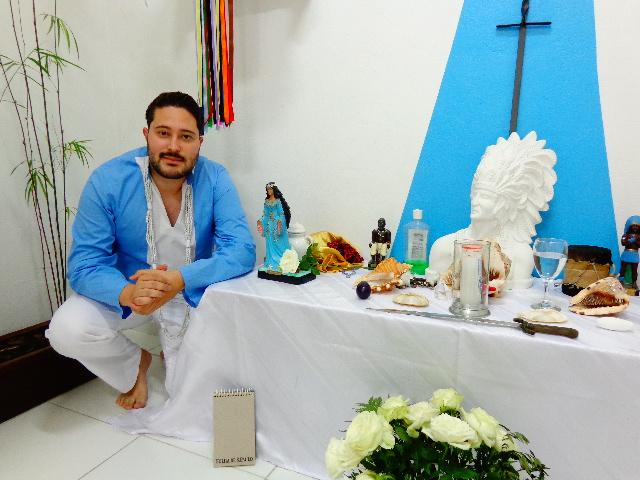 O pai de santo junto a Iemanjá (Foto: Carlos Bozzo Junior)