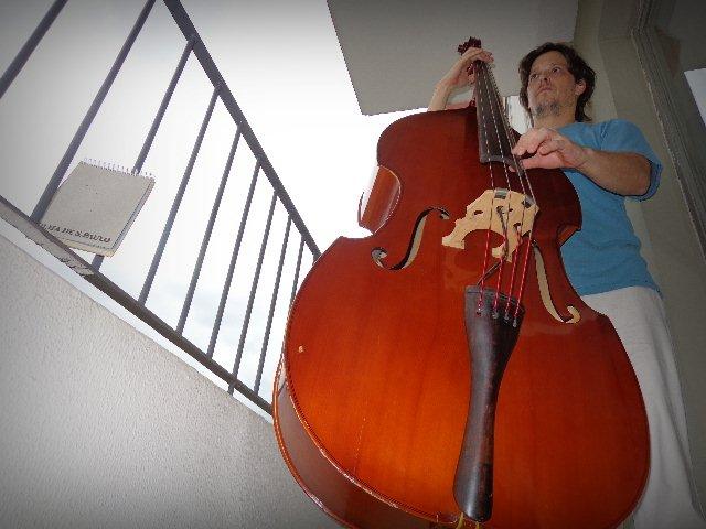 O professor de música Zéli Silva tocando na varanda de seu apartamento, em São Paulo (Foto: Carlos Bozzo Junior)