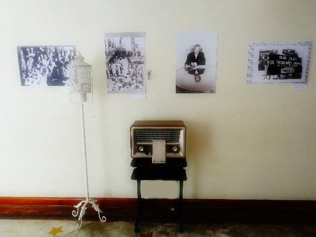 Rádio que toca músicas na voz de Sílvio Caldas, na sala com fotos do cantor (Foto: Carlos Bozzo Junior)